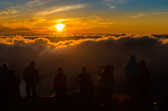 北アルプスの夕焼けに魅了された登山者たちの写真
