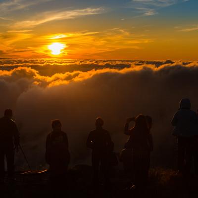 「北アルプスの夕焼けに魅了された登山者たち」の写真素材