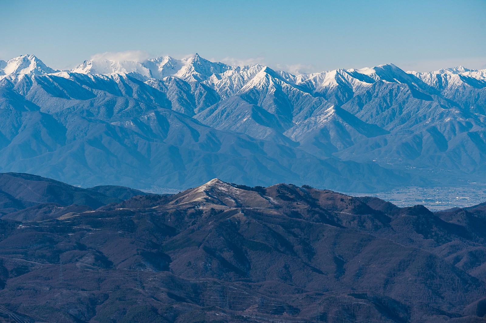 「冬の蓼科山(たてしなやま)から望む霧ヶ峰と槍穂高連峰」の写真