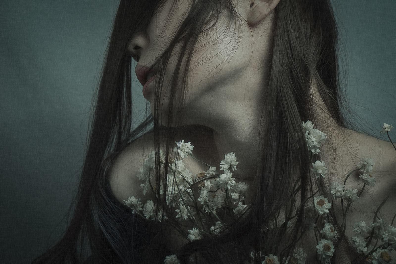 「不安の花を抱えるモデルの横顔」の写真