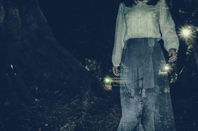 徘徊する女性の姿の写真