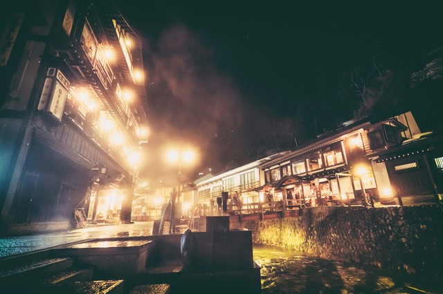 温泉の湯気とガス灯のあかり(銀山温泉)の写真