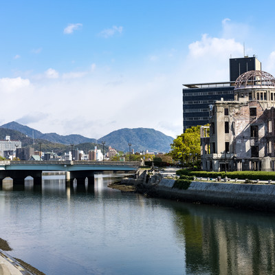 原爆ドームと元安川の写真