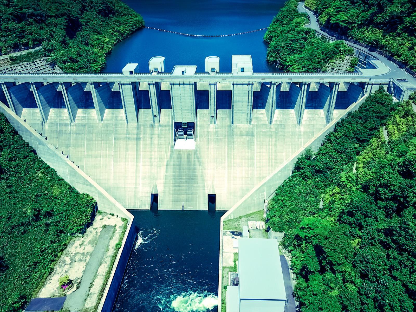 「岡山県内第3位の貯水量を誇る苫田ダム(空撮)」の写真
