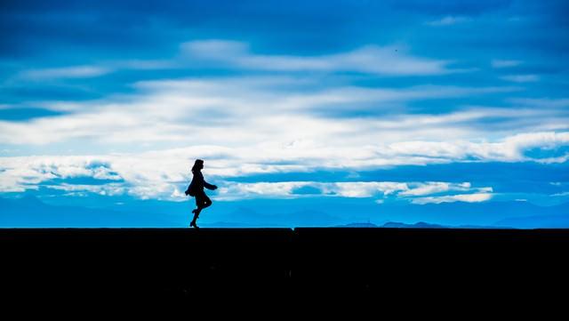 軽やかなステップの女性のシルエットの写真