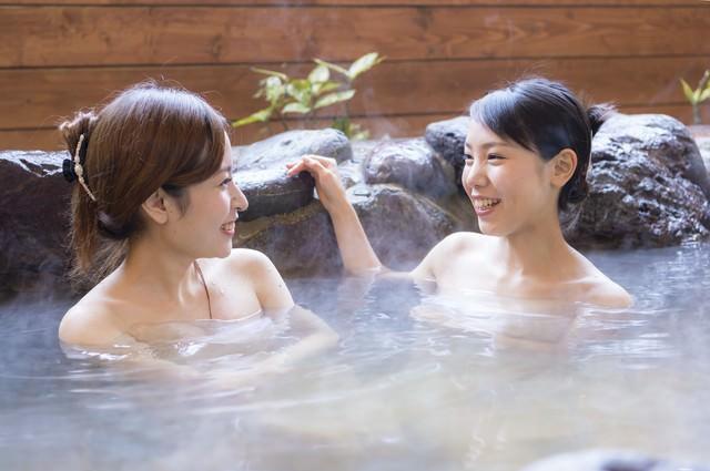 女性ふたりで入浴する日南市北郷温泉の写真