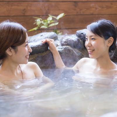 「女性ふたりで入浴する日南市北郷温泉」の写真素材
