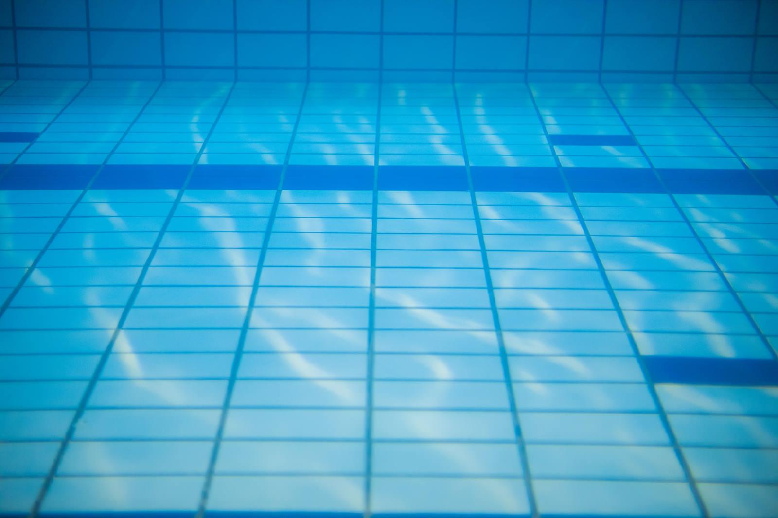 「水中撮影(プールの中)水中撮影(プールの中)」のフリー写真素材を拡大