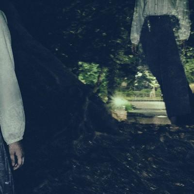 「暗い森の中をさまよい続ける女性」の写真素材