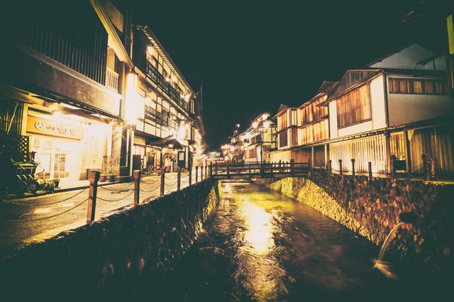 街明かりと銀山温泉街の写真