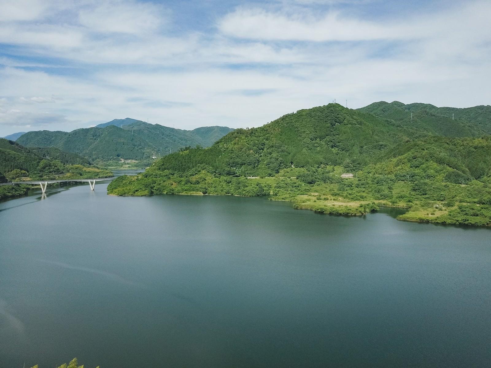 「自然に囲まれた鏡野町にある奥津湖の様子」の写真