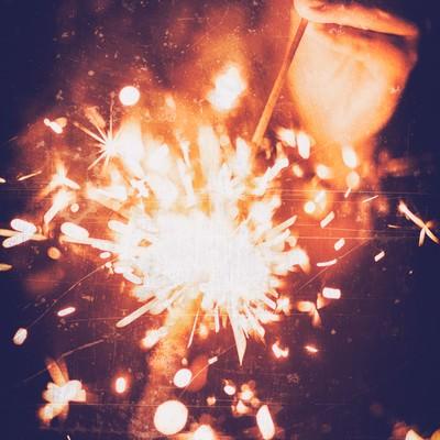 「スパークする手持ち花火」の写真素材
