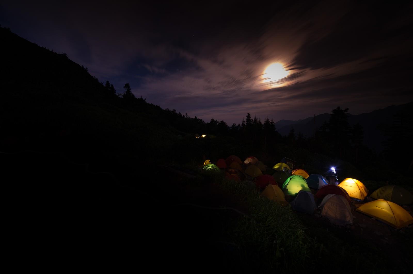 「月明かりが美しい西穂山荘テント場」の写真