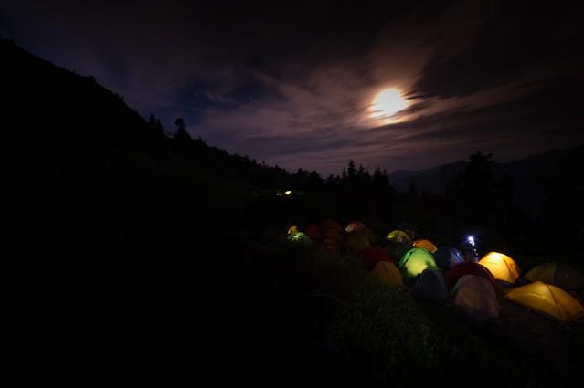 月明かりが美しい西穂山荘テント場の写真