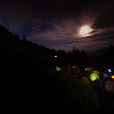 「月明かりが美しい西穂山荘テント場」の写真素材