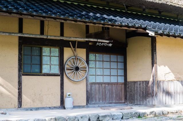 土壁でできた古民家の玄関口(うたかたの館:鏡野町)の写真