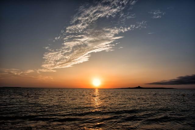 伊江島に沈む夕日の写真