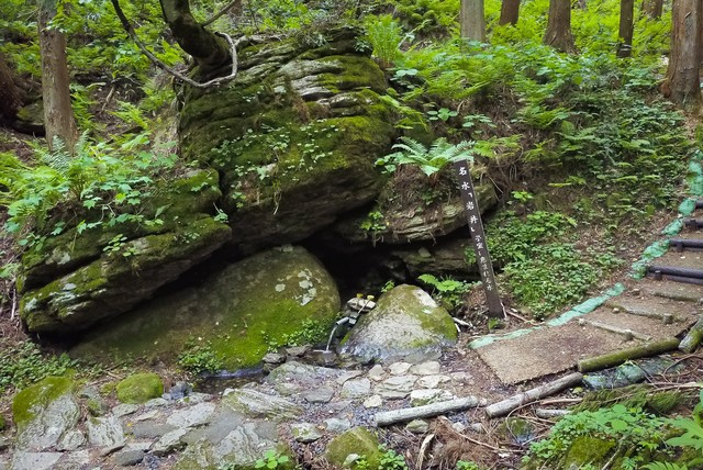 「子宝の水」で有名な昭和の名水百選「名水岩井」の写真