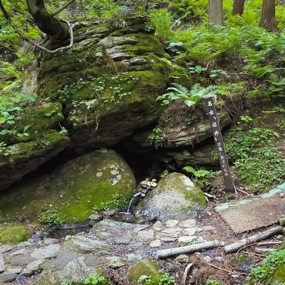 「「子宝の水」で有名な昭和の名水百選「名水岩井」」の写真素材