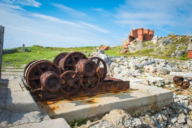 北大東島の燐鉱石貯蔵庫跡・乾燥施設と錆びついたウインチの写真