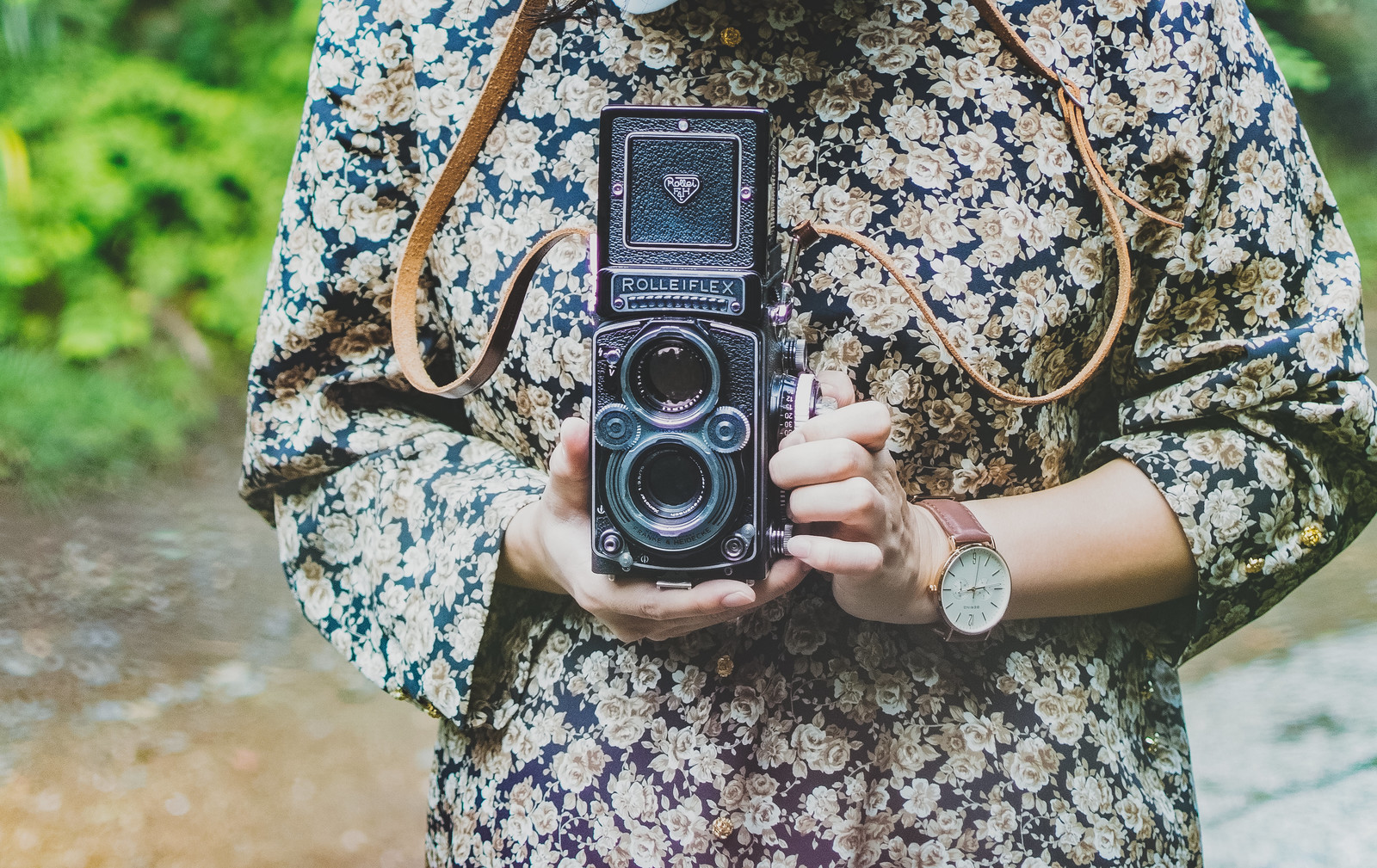 「レトロなフィルムカメラを持った女性レトロなフィルムカメラを持った女性」のフリー写真素材を拡大