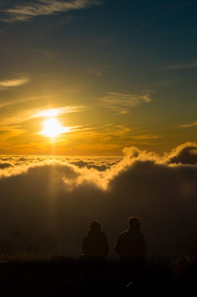 北アルプスの自然の美しさに言葉を失う登山者カップルの写真
