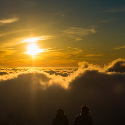 「北アルプスの自然の美しさに言葉を失う登山者カップル」の写真素材