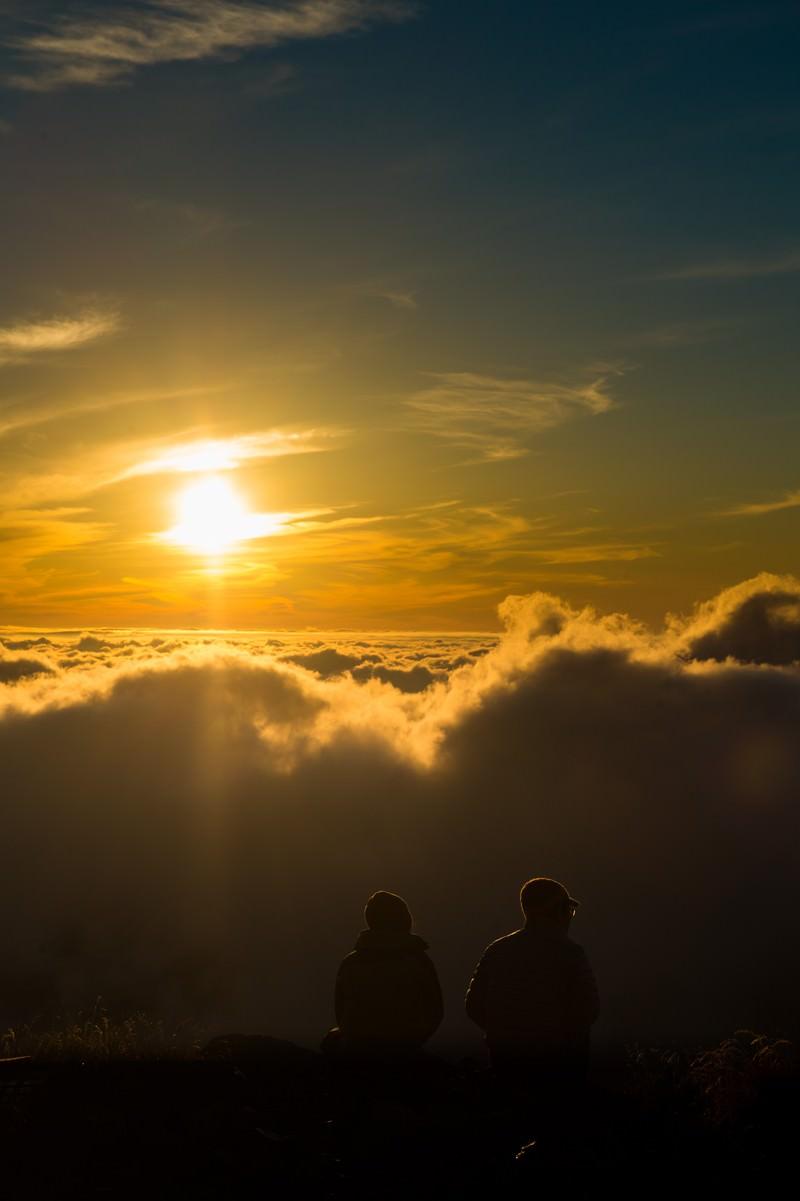 「北アルプスの自然の美しさに言葉を失う登山者カップル」の写真