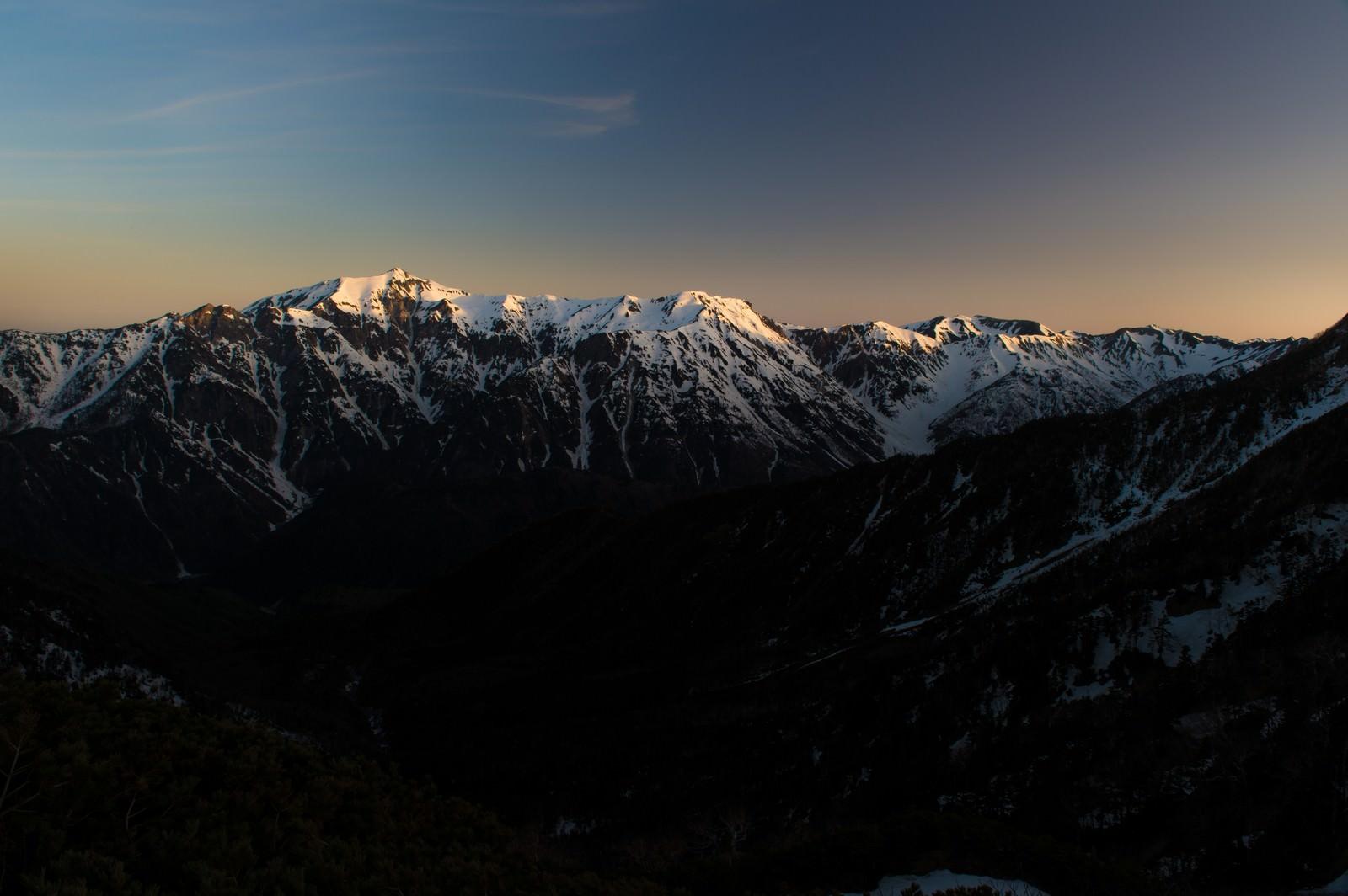 「残雪期の北アルプス稜線」の写真