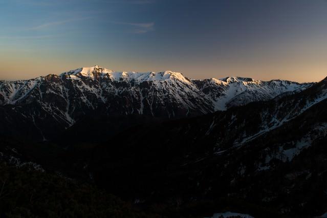 残雪期の北アルプス稜線の写真