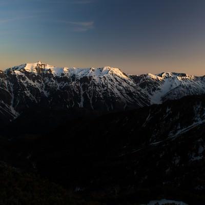 「残雪期の北アルプス稜線」の写真素材