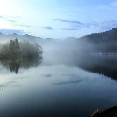 霧がかかった池の写真