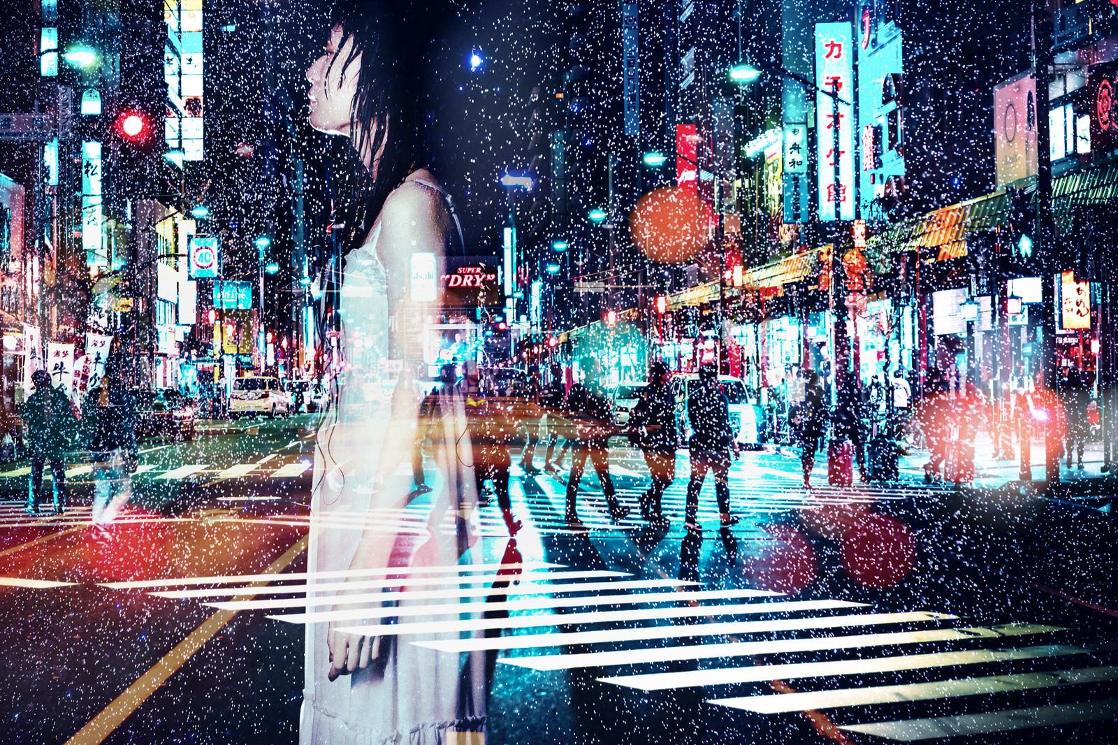 「雨に打たれる女性と夜(フォトモンタージュ)」の写真[モデル:緋真煉]