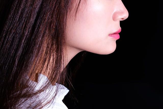 美しさは唇から、リップをつけた女性の横顔の写真
