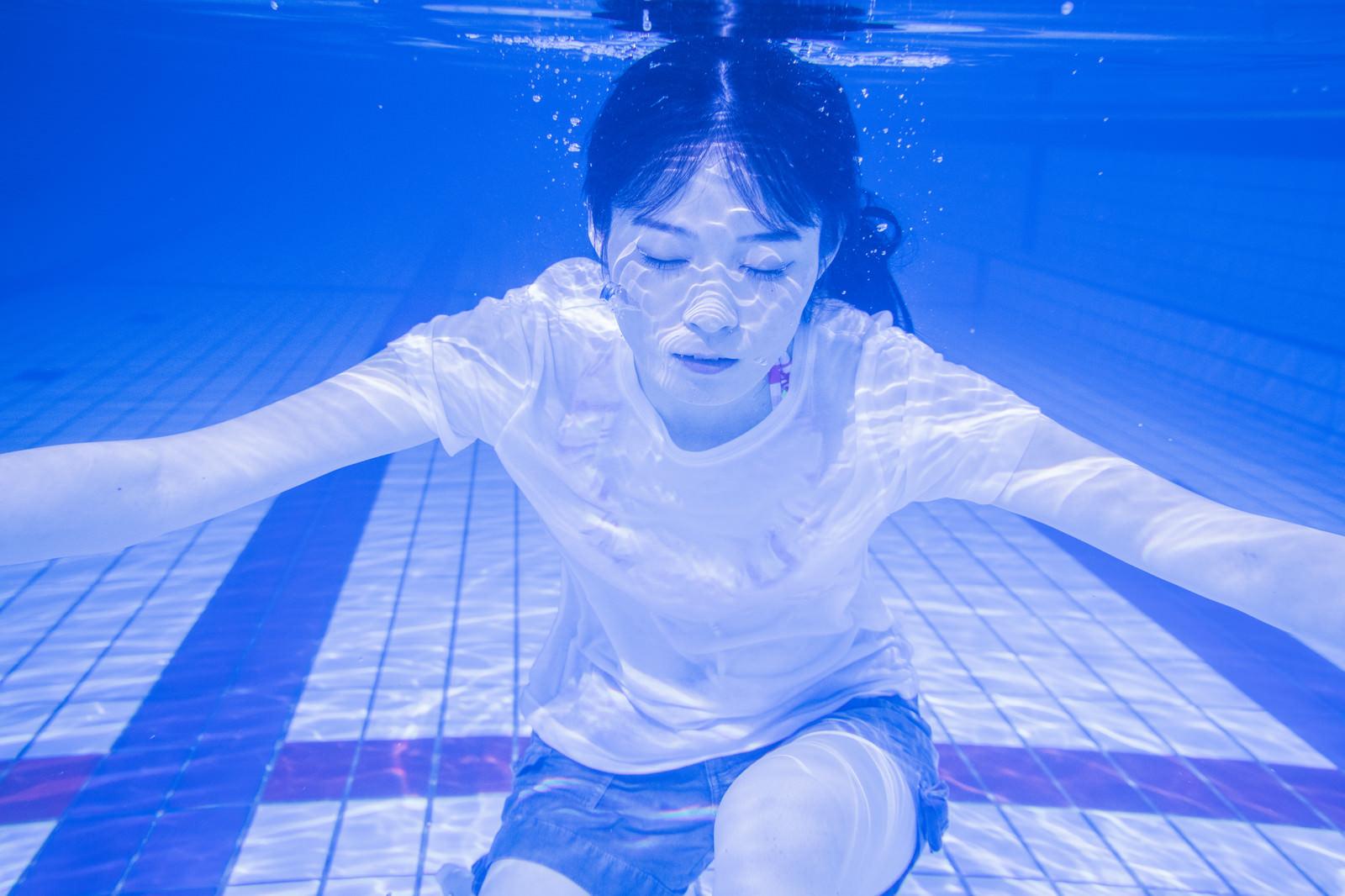 「水中で息を止め続ける女性水中で息を止め続ける女性」[モデル:たけべともこ]のフリー写真素材を拡大