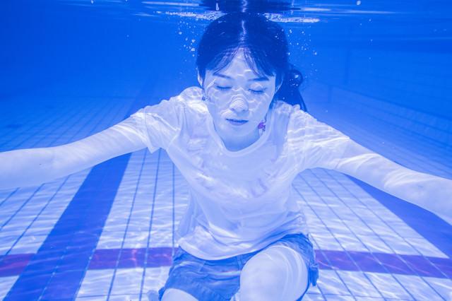 水中で息を止め続ける女性の写真