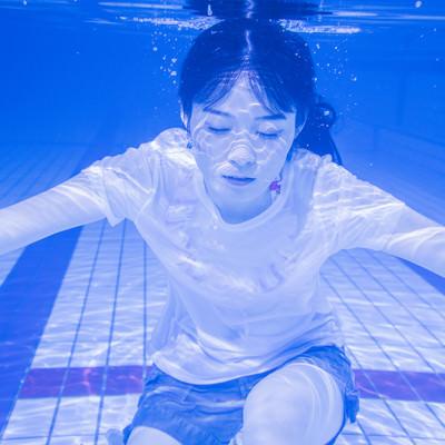 「水中で息を止め続ける女性」の写真素材