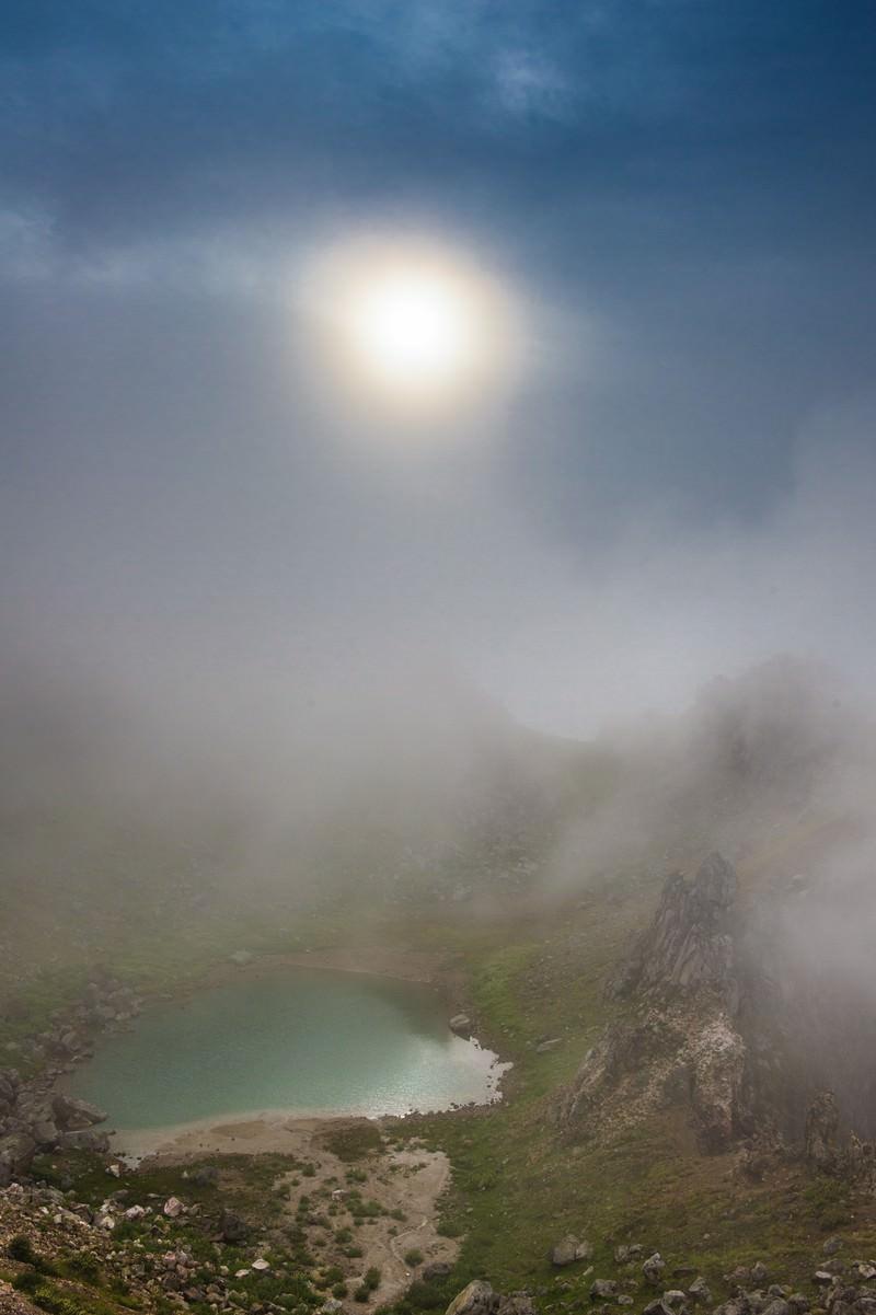 「霧の中の焼岳の正賀池と日暈」の写真