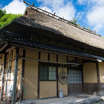 「重厚さを感じる造りの風雪にも強い茅葺屋根の古民家」の写真素材