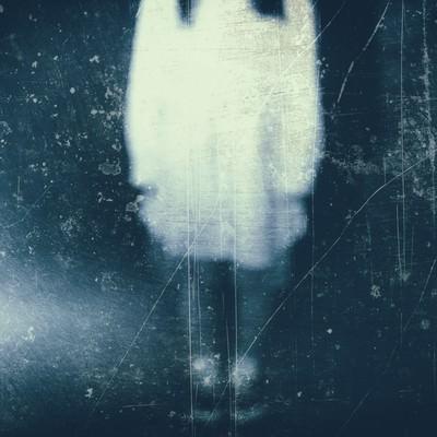 「ボンヤリと写る女性の姿(フィルム)」の写真素材