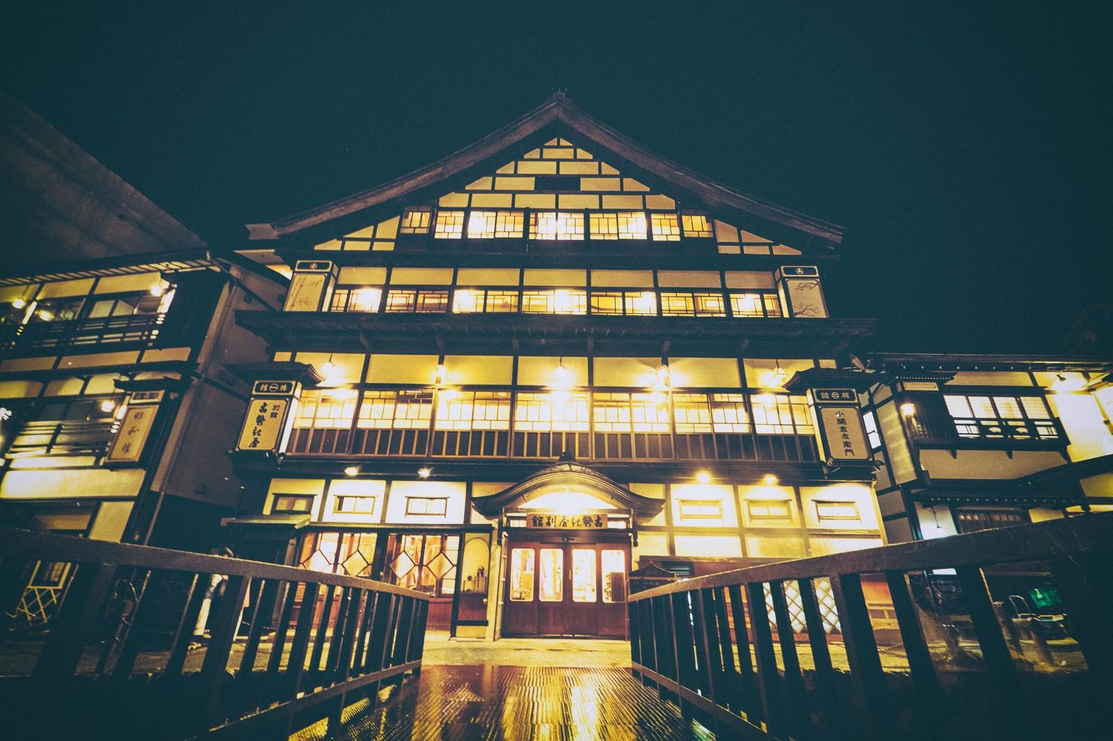 「旅館の灯りともる銀山温泉の旅館」の写真