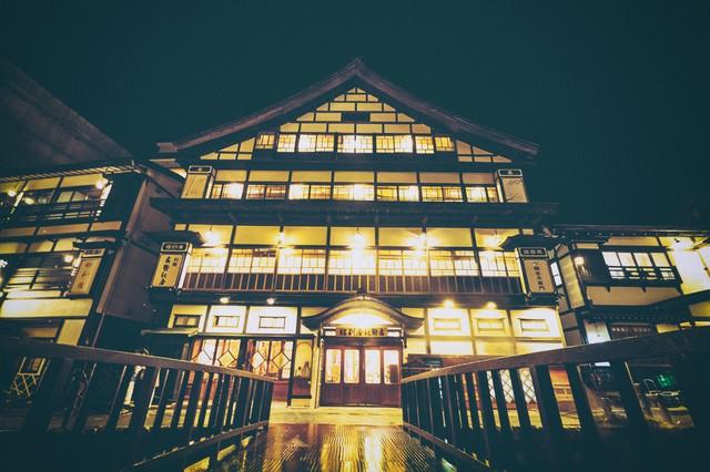 旅館の灯りともる銀山温泉の旅館の写真