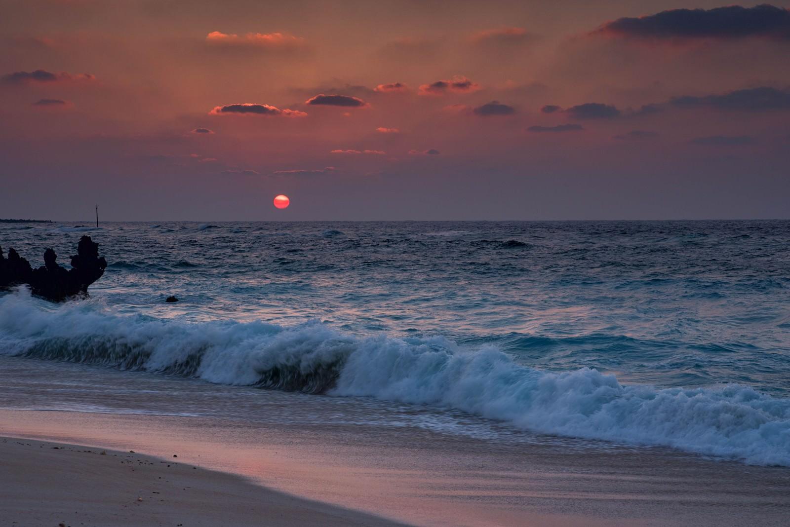 「夕焼けと与論島の海と砂浜」の写真