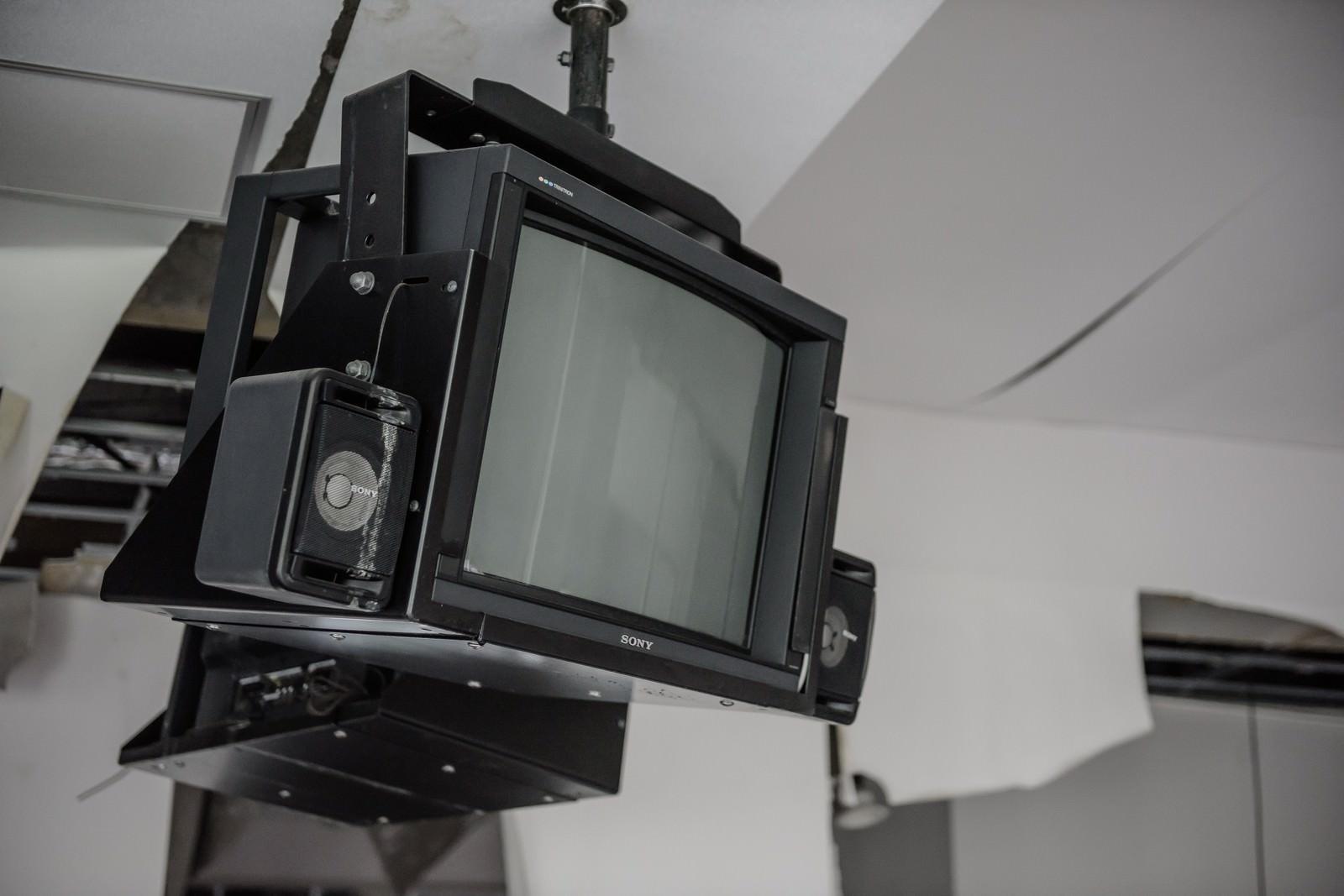 「ずっと使われていない天井吊りのテレビ」の写真