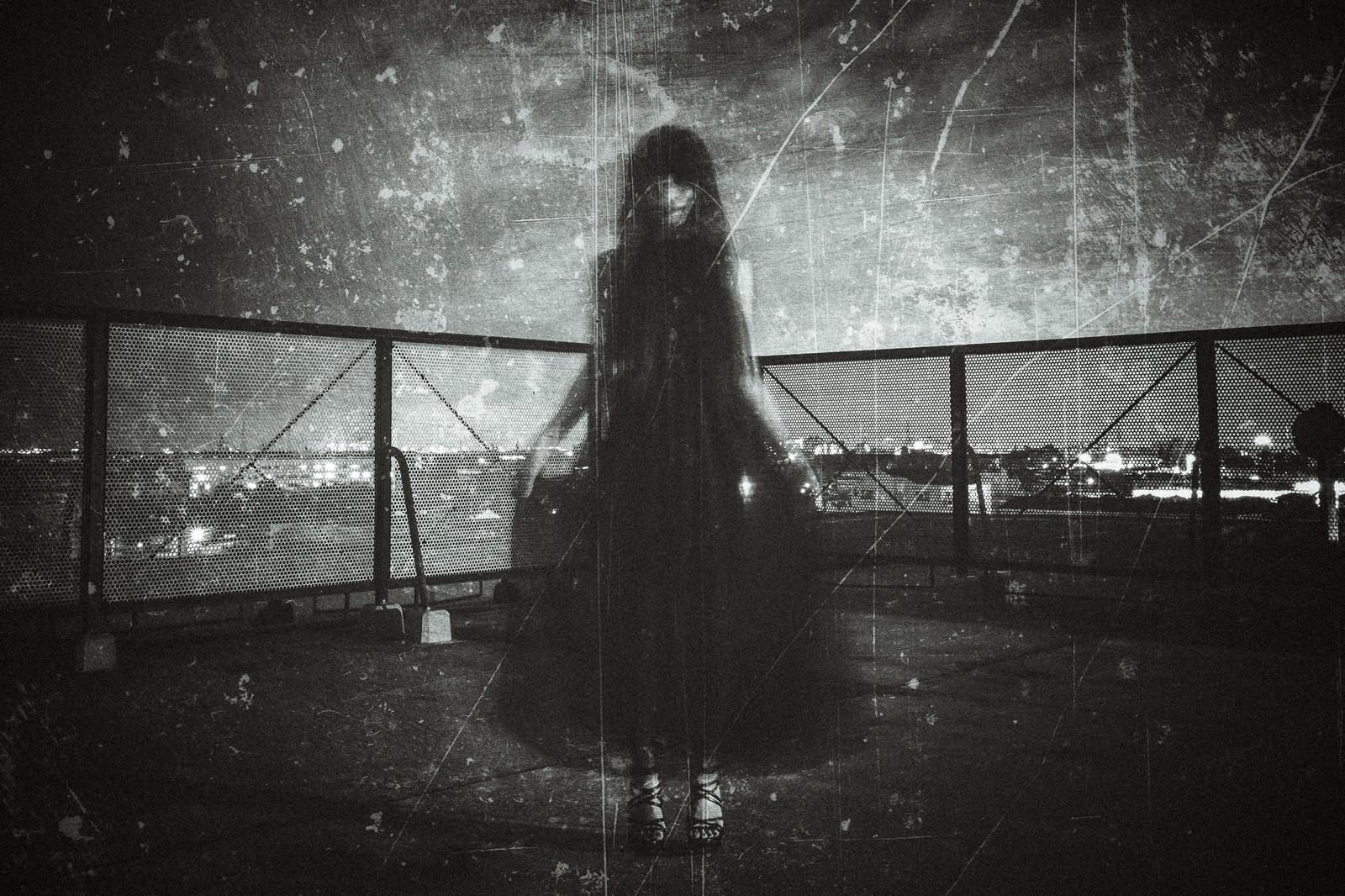 「黒いドレスを着た女性の姿」の写真[モデル:緋真煉]