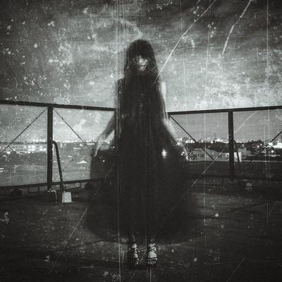 「黒いドレスを着た女性の姿」の写真素材