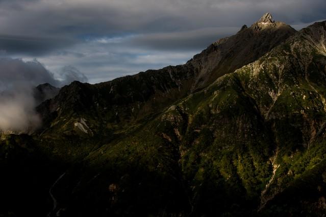 夕日に照らされる槍ヶ岳と西鎌尾根の写真