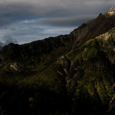 「夕日に照らされる槍ヶ岳と西鎌尾根」の写真素材