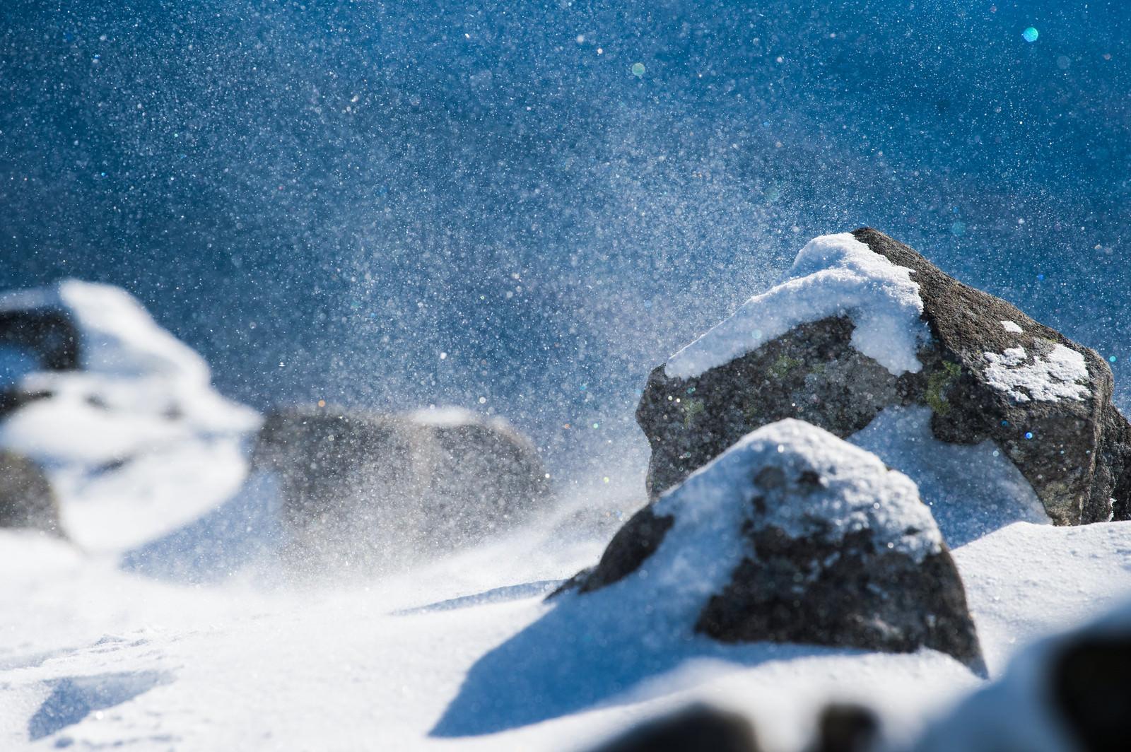 「厳冬期の山で舞い上がる雪の粒子」の写真