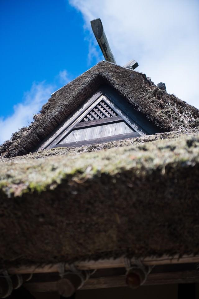 茅葺屋根と青空の写真
